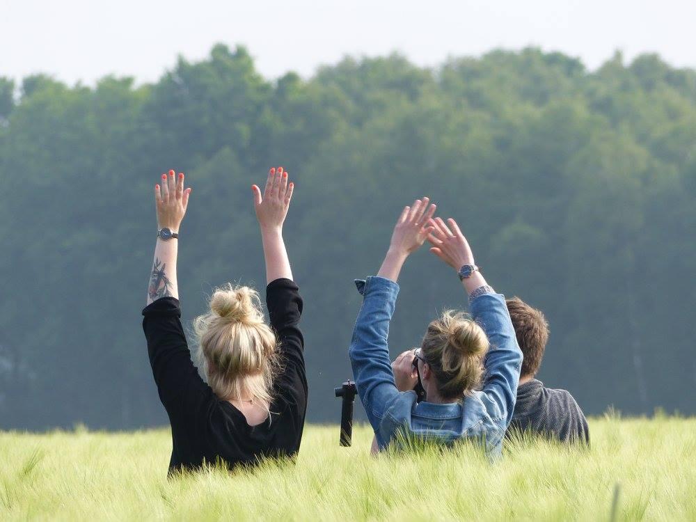 Menschen im hohen Gras
