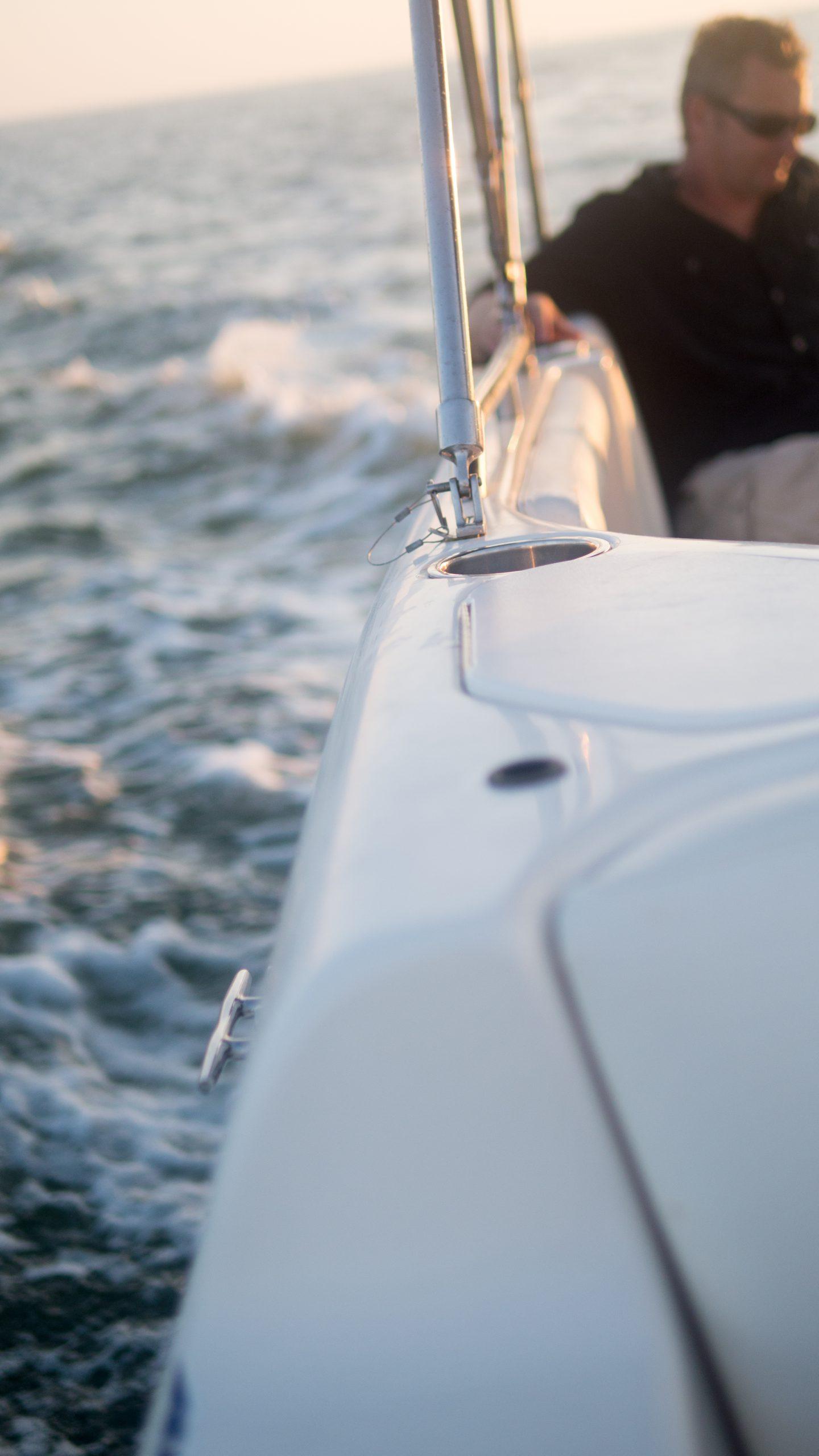 Mann im Boot auf See