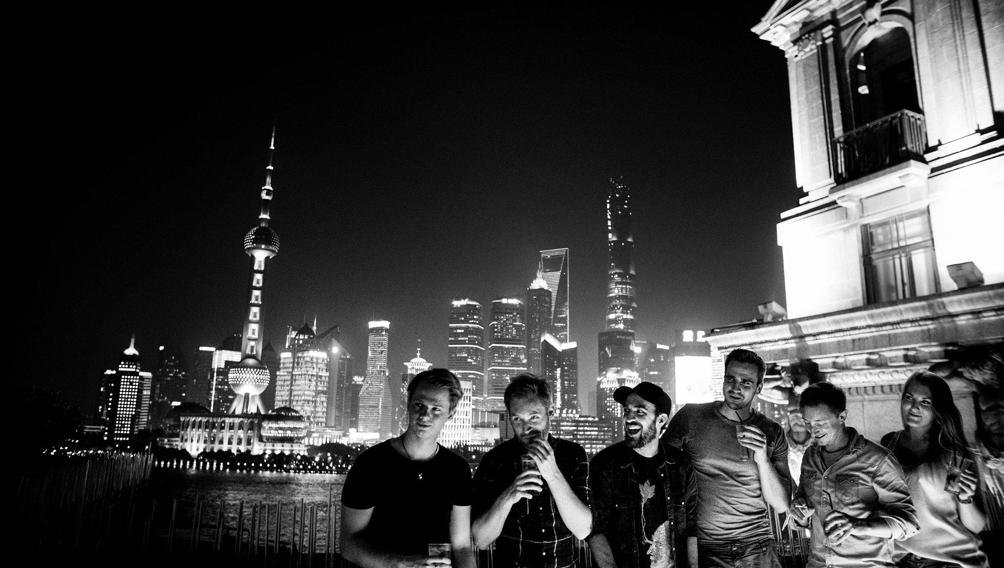 Menschen in der Nacht vor Skyline